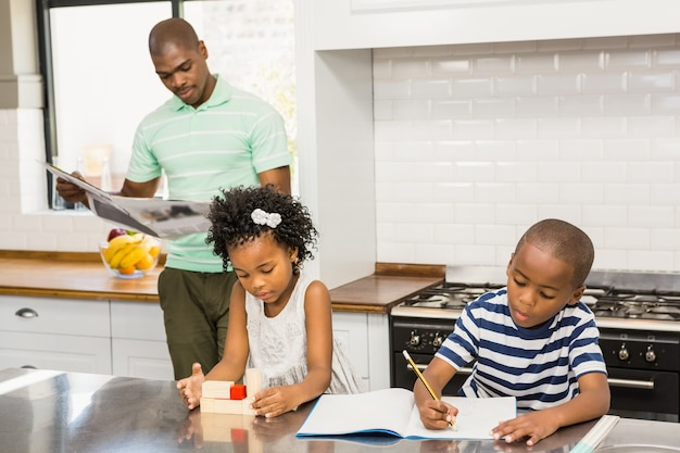 Дети играют и рисуют на кухне