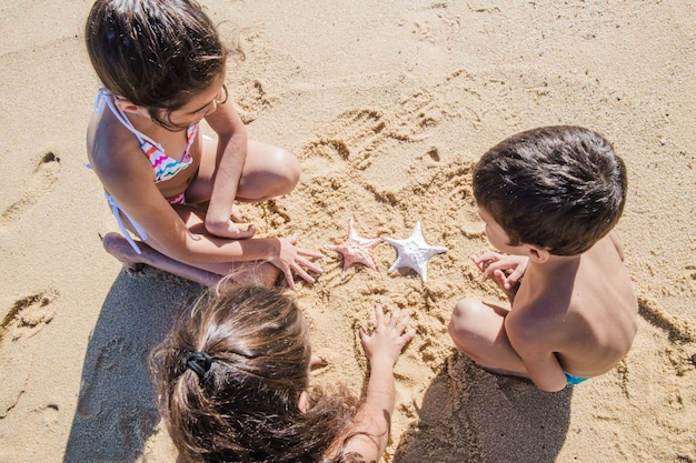 Bambini che giocano sulla spiaggia