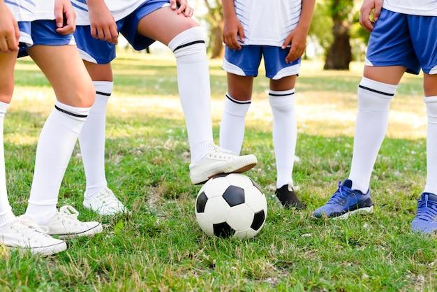 Дети играют в футбол на открытом воздухе