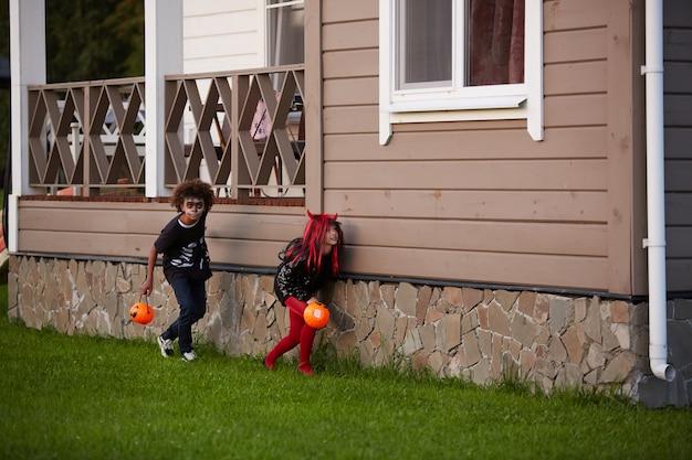 ハロウィーンでかくれんぼをしている子供たち