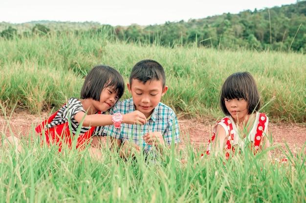 自然の中でリラックスした時間を過ごして遊んでいる子供たち