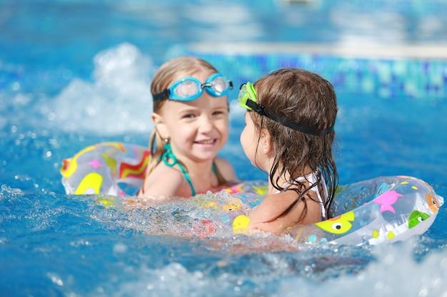 수영장에서 노는 아이들. 수영장에서 재미 두 어린 소녀입니다.