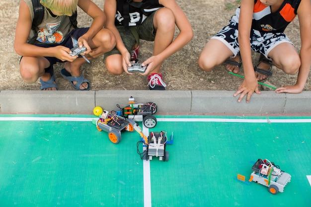 ロボットを遊んでいる子供たち。ロボット工学。
