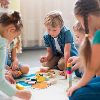幼稚園で一緒に遊んでいる子供たち