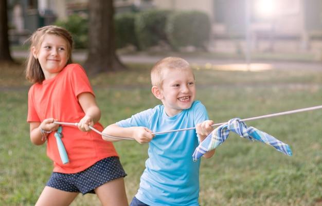 公園で綱引きをしている子供たち