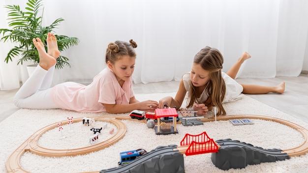 Bambini che giocano con il gioco di automobili a casa