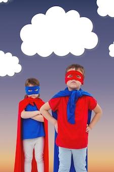マントとマスクで遊んでいる子供たち