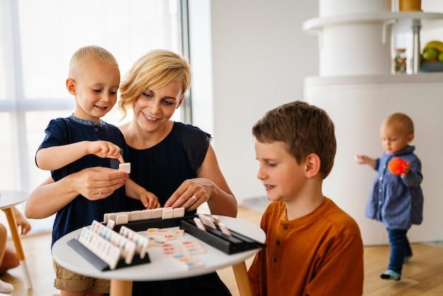 교육 게임을 가지고 노는 아이들. 어린이, 발달, 재미있는 개념