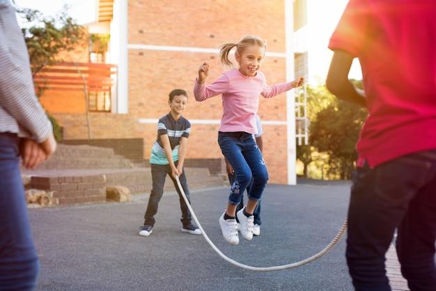 縄跳びで遊ぶ子供たち