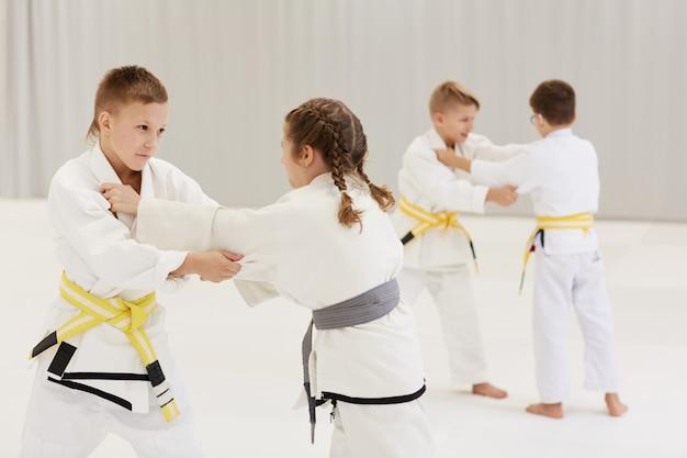 Дети занимаются каратэ на соревнованиях