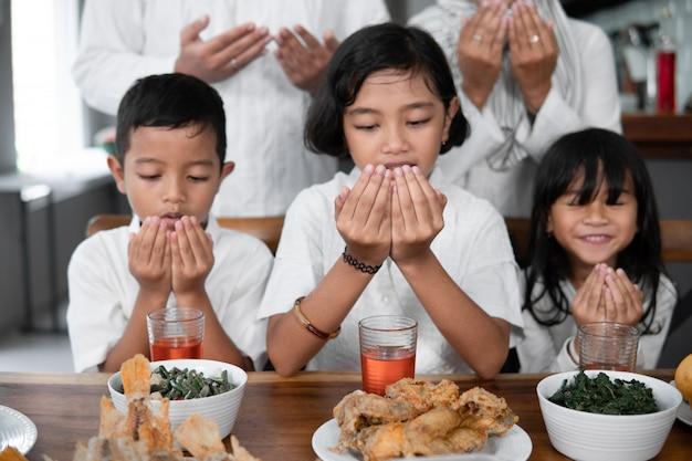 子供たちはイスラム教徒の開いた腕を祈る