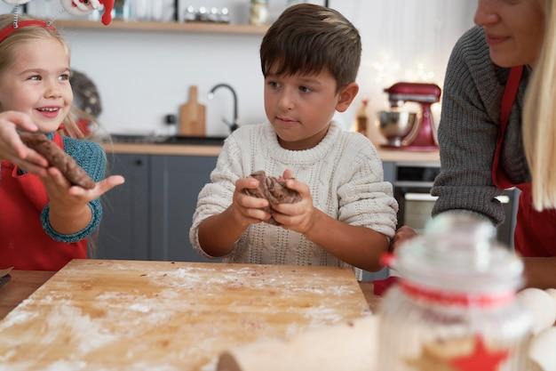 진저 브레드 페이스 트리로 쿠키를 준비하는 어린이