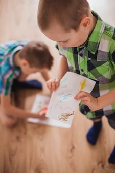 母親の日のために絵を準備する子供たち