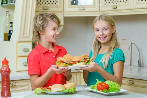 수제 햄버거를 준비하는 어린이