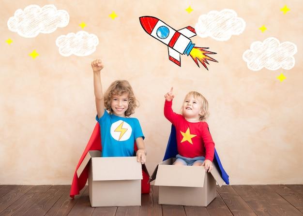 Дети притворяются супергероями