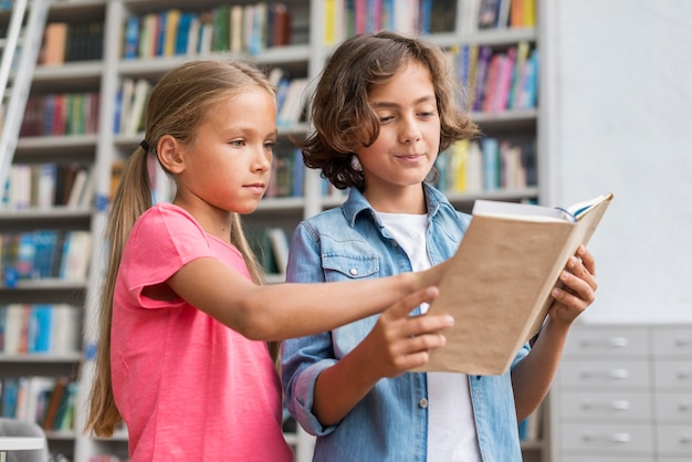 Bambini che leggono un libro insieme