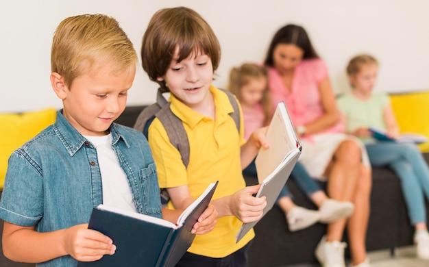 新しいレッスンを一緒に読む子供たち