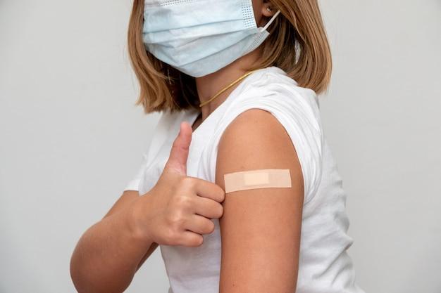 太ももの外側でワクチンを接種している子供。子供用ワクチン。 covid