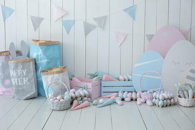 Детская комната красочные пасхальные комнаты интерьер корзины с множеством разноцветных пасхальных яиц и моркови