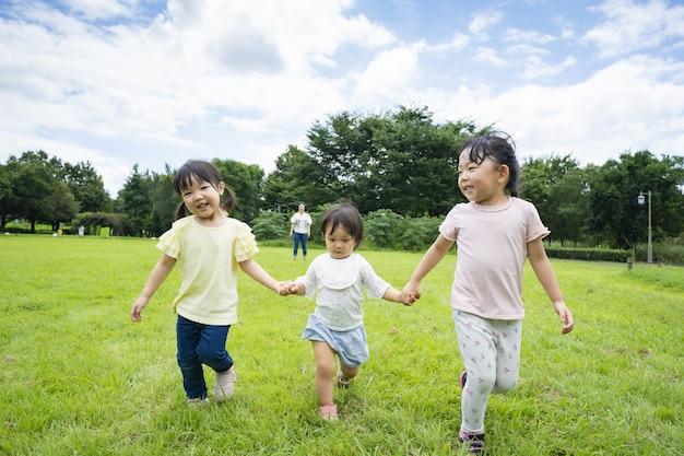 Дети бегают на лугах в парке