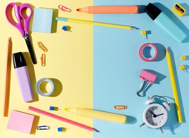 色紙の背景に研究、創造性、事務用品のための子供のアクセサリー。学校のコンセプトに戻る。コピースペース。