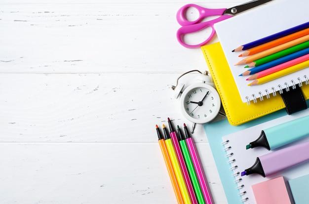 白い木の研究、創造性、事務用品のための子供のアクセサリー