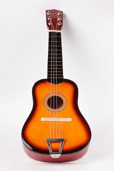 白い背景の上の子供のアコースティックギター