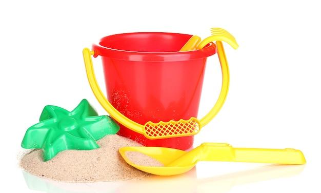 子供のビーチのおもちゃと白で隔離される砂