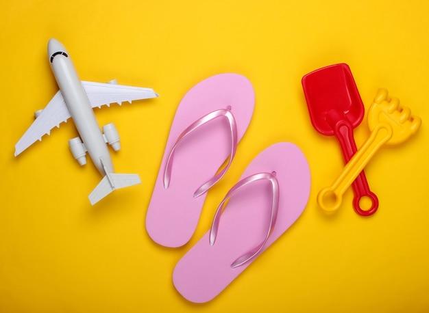 Детские пляжные игрушки, шлепки, самолет на желтом