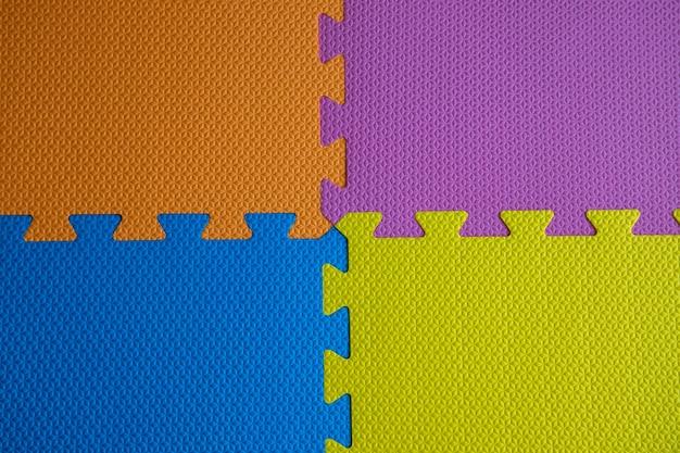 黄色、青、オレンジ、紫の子供用畳