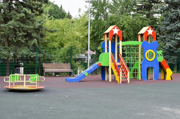 子供のカラフルな屋外の遊び場。子供向けゲームの施設。