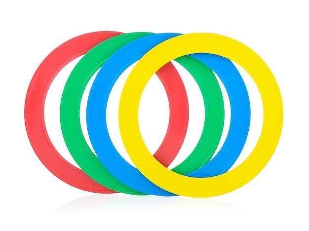 Детские красочные пластиковые обручи на белом фоне. кольца пирамиды.