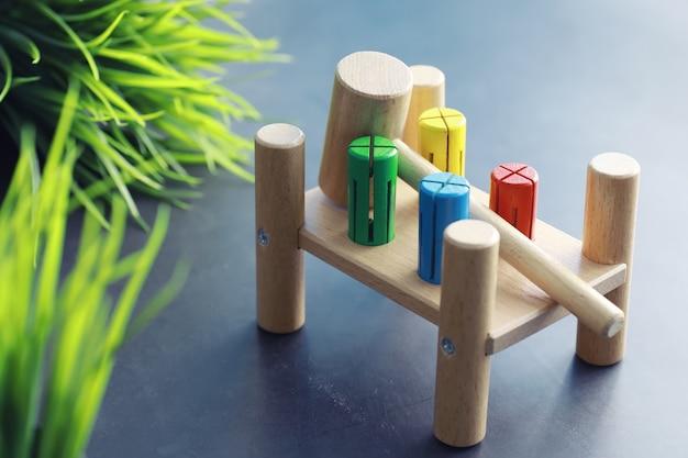 어린이 발달. 놀이 공간의 탁자 위에 있는 어린이용 나무 장난감. 아이들의 창의력과 자기계발의 방. 나무 생성자입니다.