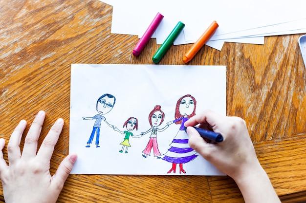 子どもの描画家族、ママ、パパ、姉、娘クレヨン、色鉛筆、子どもの創造性、工芸品の作成、家の装飾、子どもとの時間、スキル開発、学校、家
