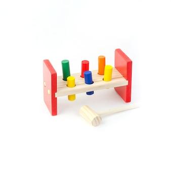 白い背景の上の小さな子供のための子供の教育玩具。