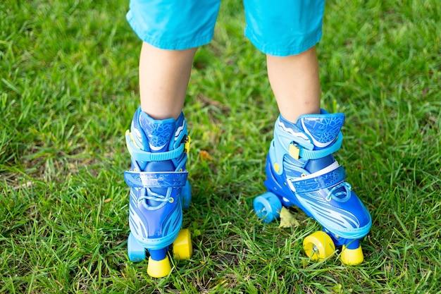 ローラースケートのクローズアップ、コンセプトスポーツ、アウトドアゲーム、アクティブゲームの子供の足