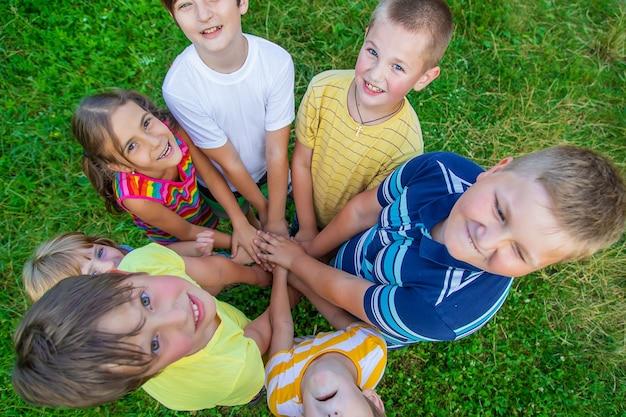 아이들의 우정, 거리의 아이들의 손. 선택적 초점입니다. 어린이.