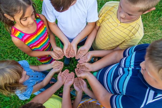 아이들의 우정, 거리의 아이들의 손. 선택적 초점입니다.
