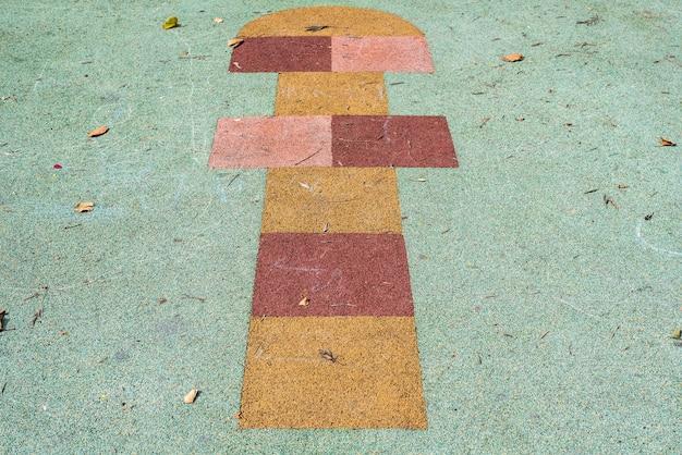 공원 바닥에있는 코르크 돌 차기 놀이의 어린이 게임