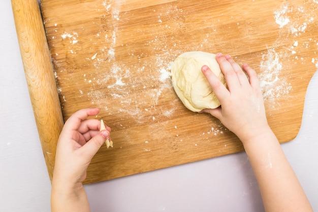 Детские руки делают тесто