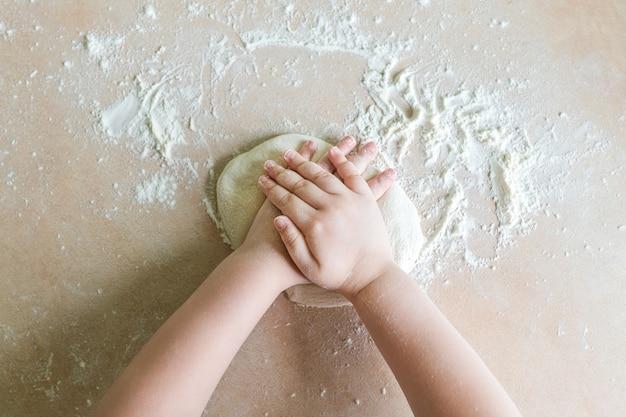 子供の手で生地を作る