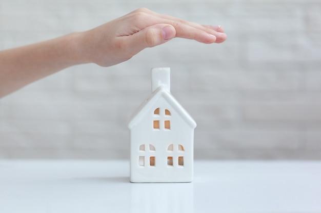子供の手の家-ホームセキュリティと保護の概念。在宅でのコンセプト。