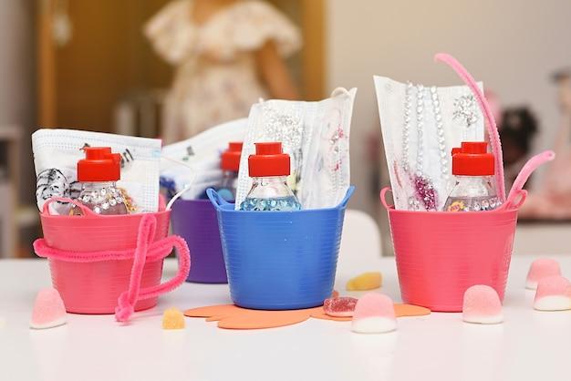 子供用の装飾が施された子供用マスクとジェルキット。