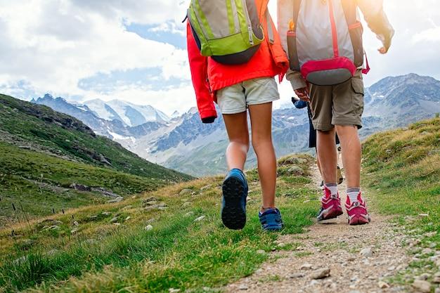 スイスアルプスのサマーキャンプ中に子供の山のハイキング