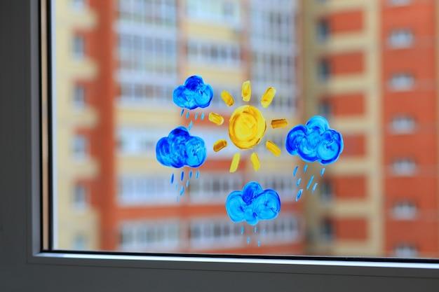 窓に描かれた子供の絵の具