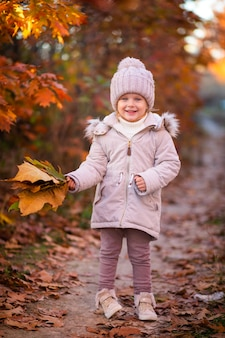 Детская фотосессия осенью в листьях