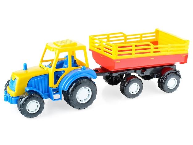 흰색 바탕에 트레일러와 함께 어린이 플라스틱 트럭 클로즈업. 어린이를위한 밝은 장난감 자동차.