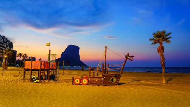 夜のビーチにある子供の遊び場。カルペアリカンテ。