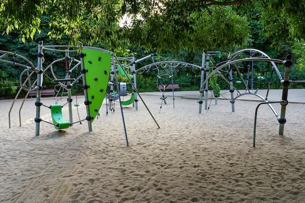 砂地と緑の植物のある子供の遊び場。レティーロパークマドリード。