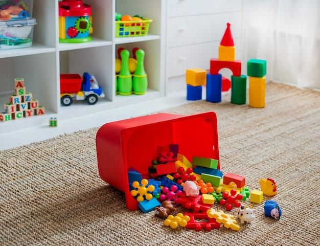 Детская игровая комната с пластиковыми красочными развивающими блоками-игрушками. игровая площадка для дошкольников детского сада. интерьер детской комнаты. свободное место. фон макет